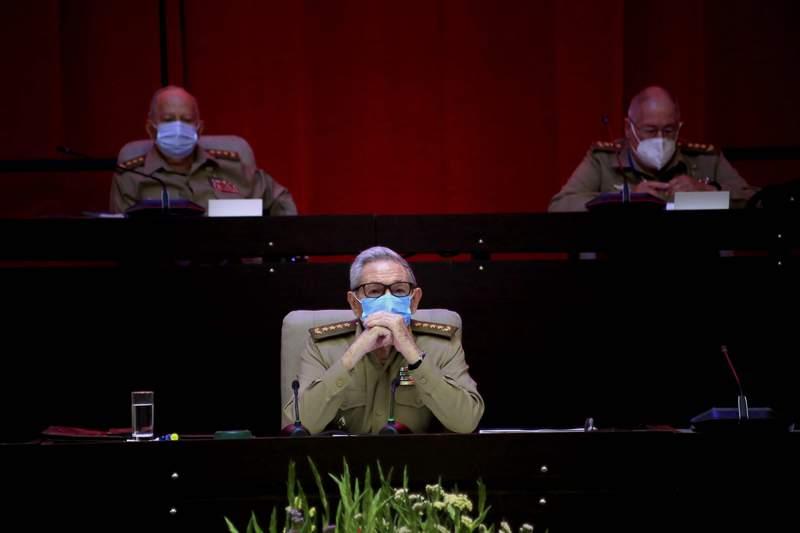 Ral Castro, primer secretario del Partido Comunista y expresidente, asiste a la sesin inaugural del VIII Congreso del Partido Comunista de Cuba, en el Palacio de Convenciones de La Habana, Cuba, el viernes 16 de abril de 2021. Ral Castro anunci en el foro que se retira de la dirigencia del partido, con lo que puso fin al largo liderazgo con su hermano Fidel en la isla. (Ariel Ley Royero/ACN va AP )