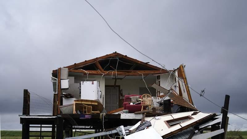 Las nubes de la tormenta tropical Nicholas se ven tras una casa destruida por el huracn Ida en Pointe-aux-Chenes, Luisiana, el martes 14 de septiembre de 2021. (AP Foto/Gerald Herbert)