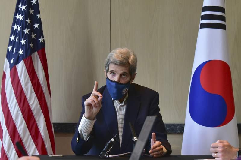 En esta imagen proporcionada por la embajada estadounidense en Sel, el enviado especial de Estados Unidos para el clima, John Kerry, habla durante una mesa redonda con medios en Sel, Corea del Sur, el domingo 18 de abril de 2021. (Embajada de Estados Unidos en Sel via AP)