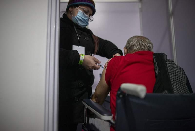 Un hombre recibe la segunda dosis de la vacuna Sinovac contra el COVID-19 (Foto AP/Esteban Flix)