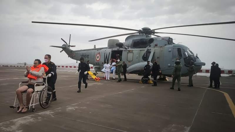 Esta imagen proporcionada por la Marina india muestra a un hombre rescatado en el Mar Arbigo tras ser evacuado para recibir atencin mdica en la estacin area de la Marina INS Shikra en Mumbai, India, el martes 18 de mayo de 2021. La Marina trabajaba para rescatar a los tripulantes de un barco hundido y un carguero a la deriva el martes tras el paso del cicln Tauktae. (Marina India via AP)