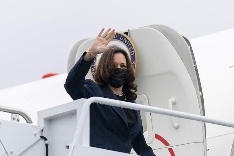 La vicepresidenta Kamala Harris aborda el avin vicepresidencial el mircoles 5 de mayo de 2021 en el Aeropuerto Internacional T.F. Green, en Warwick, Rhode Island. (AP Foto/Andrew Harnik)