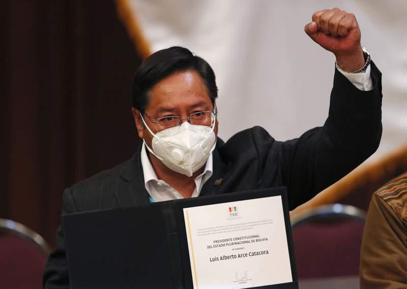 El presidente electo Luis Arce muestra su credencial presidencial emitida por la Corte Suprema Electoral durante una ceremonia en La Paz, Bolivia, el mircoles 28 de octubre de 2020. (AP Foto/Juan Karita)