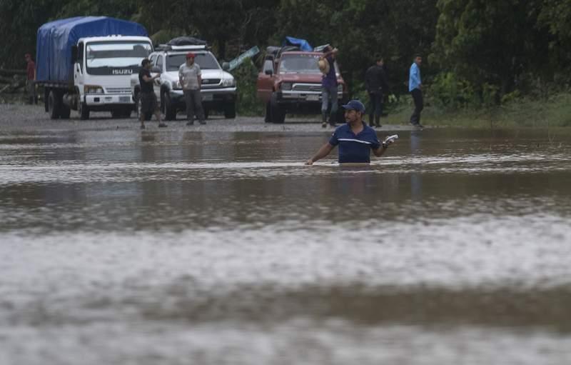 Un hombre camina por una carretera inundada en Okonwas, Nicaragua, el mircoles 4 de noviembre de 2020. (AP Foto/Carlos Herrera)