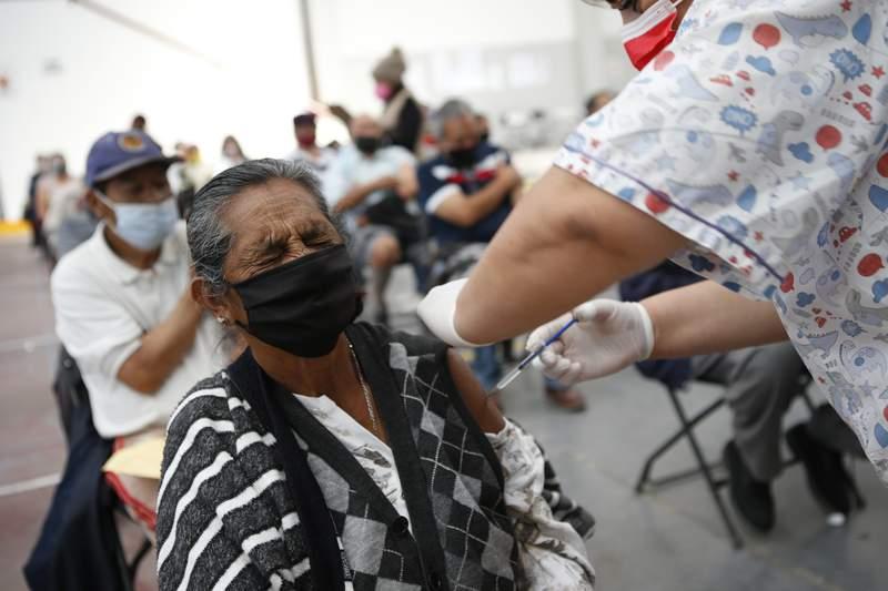 Mara Castrejn, de 71 aos, recibe su segunda dosis de la vacuna de Sinovac contra el coronavirus en el Centro Cultural Las Amricas, en Ecatepec, Estado de Mxico, el sbado 3 de abril de 2021. (AP Foto/Ginnette Riquelme)
