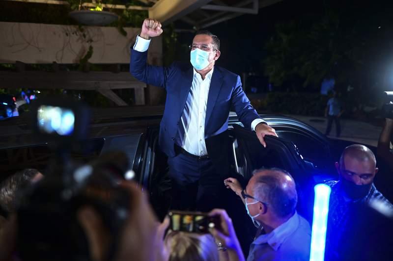 Pedro Pierluisi, candidato a gobernador del Partido Nuevo Progresista, llega al Club Vivo Beach, en Carolina, Puerto Rico, el martes 3 de noviembre de 2020, para celebrar la escasa ventaja que obtena en las elecciones generales puertorriqueas. (AP Foto/Carlos Giusti)