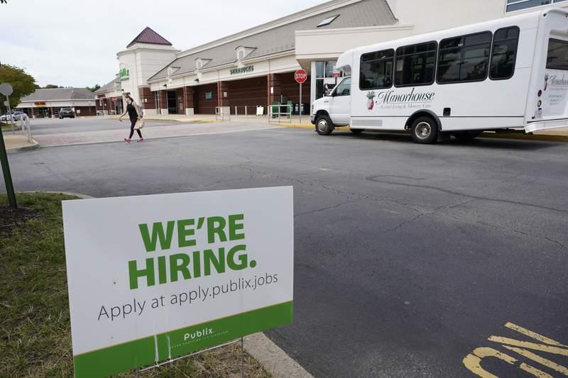 Un letrero de vacantes de empleo en un mercado de la cadena Publix en Richmond, Virginia, el mircoles 2 de junio de 2021. (AP Foto/Steve Helber)