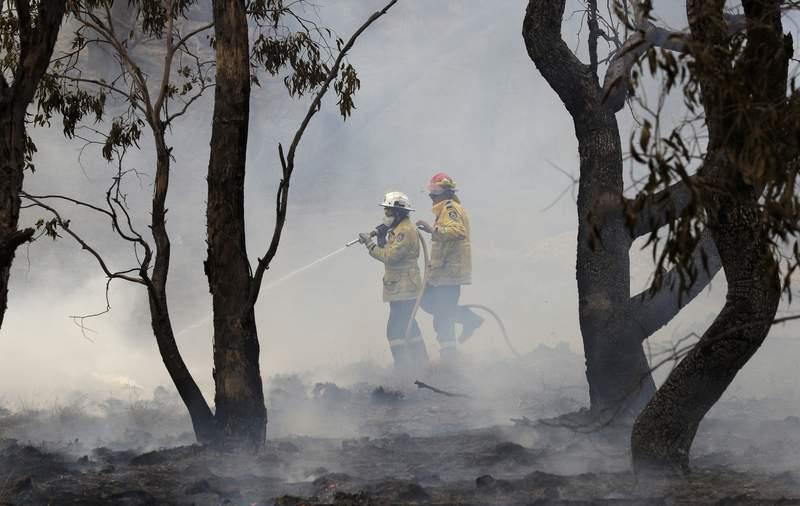 Bomberos combaten un incendio forestal en Bredbo, cerca de Canberra, en Australia, el 2 de febrero del 2020. (AP Photo/Rick Rycroft, File)
