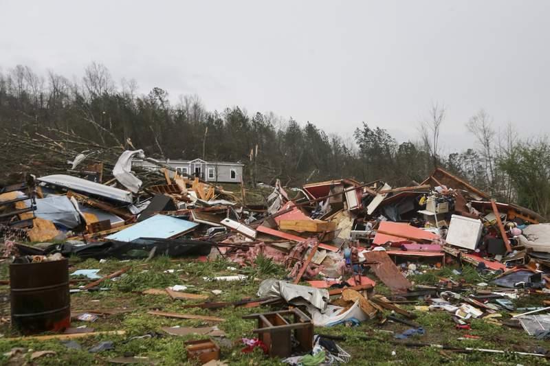 Pilas de escombros dej a su paso un tornado que mat a personas y destruy viviendas en Ohatchee, Alabama, el jueves 25 de marzo de 2021. (AP Foto/Butch Dill)