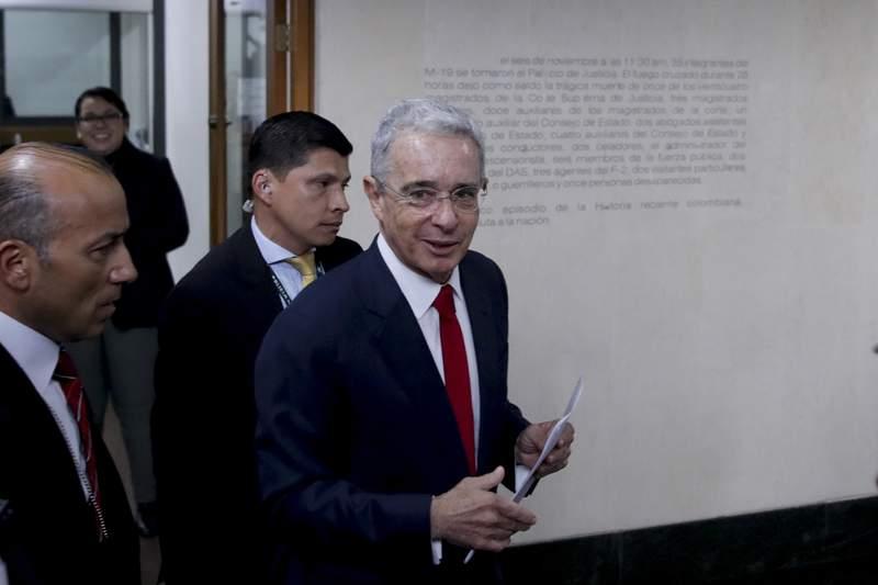 ARCHIVO - En esta foto de archivo del 8 de octubre de 2019, el entonces senador y expresidente lvaro Uribe llega a la Suprema Corte para ser interrogado como parte de una investigacin en su contra sobre la presunta manipulacin de testigos en Bogot, Colombia. La Fiscala colombiana pidi el viernes 5 de marzo de 2021 la terminacin anticipada del proceso penal contra Uribe, caso por el cual estuvo detenido en 2020 durante dos meses. La Fiscala dice que no hall mrito para acusarlo. (AP Foto/Ivn Valencia, Archivo)