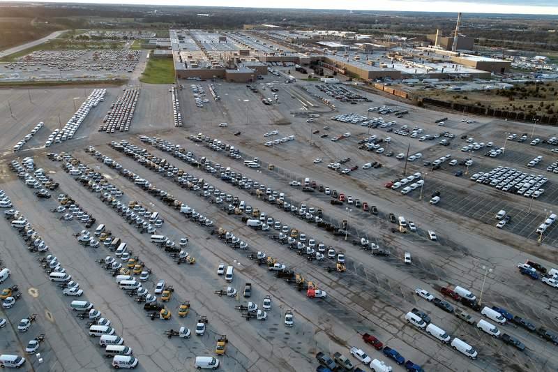 En esta fotografa tomada desde el aire el mircoles 24 de marzo de 2021, numerosas camionetas producidas en una planta armadora permanecen en un estacionamiento del lugar en Wentzville, Missouri. (AP Foto/Jeff Roberson)
