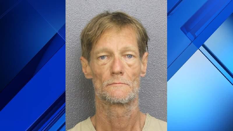Hombre acusado de exponerse al vecino, irrumpiendo en su casa