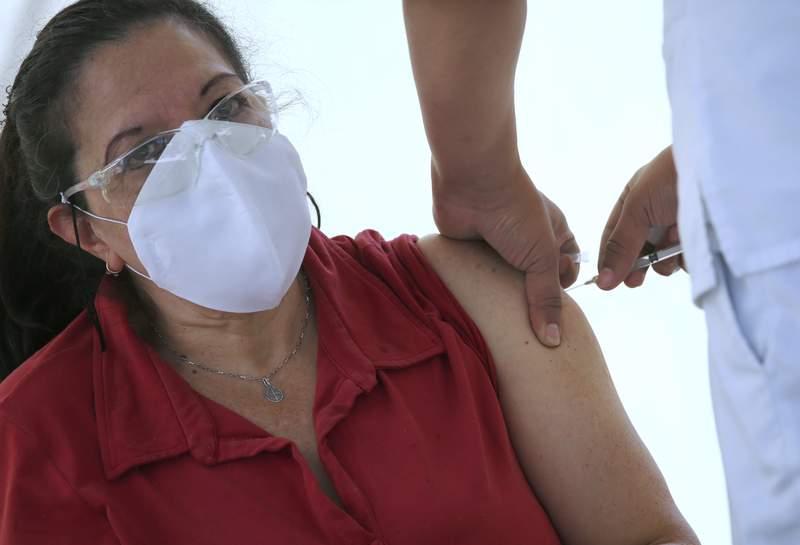 Una mujer recibe la vacuna de AstraZeneca contra el COVID-19 el martes 16 de febrero de 2021 en el distrito de Magdalena Contreras, en la Ciudad de Mxico. (AP Foto/Marco Ugarte)