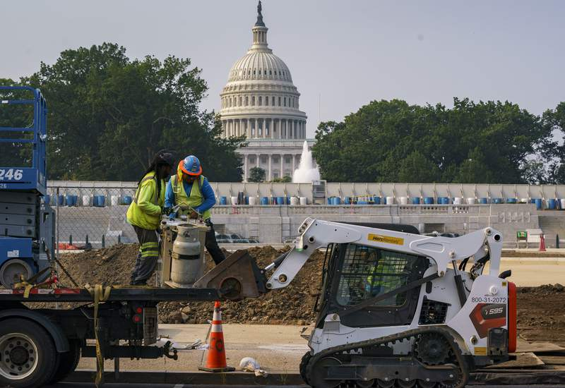 Trabajadores arreglan un parque cerca del Capitolio en Washington, el mircoles 21 de julio de 2021. (AP Foto/J. Scott Applewhite)