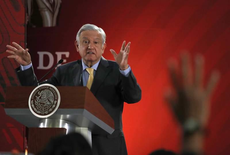 En esta fotografa del viernes 8 de marzo de 2019, el presidente Andrs Manuel Lpez Obrador responde preguntas de los periodistas en su conferencia de prensa matutina en el Palacio Nacional, en la Ciudad de Mxico. (AP Foto/Marco Ugarte)