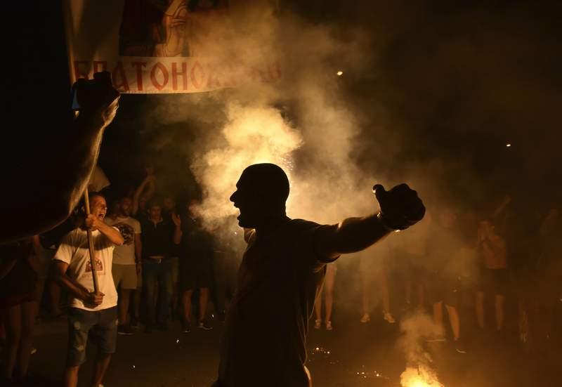 Simpatizantes de grupos de oposicin celebran el cierre de casillas en las elecciones parlamentarias el lunes 31 de agosto de 2020, en Podgorica, Montenegro. (AP Foto/Risto Bozovic)