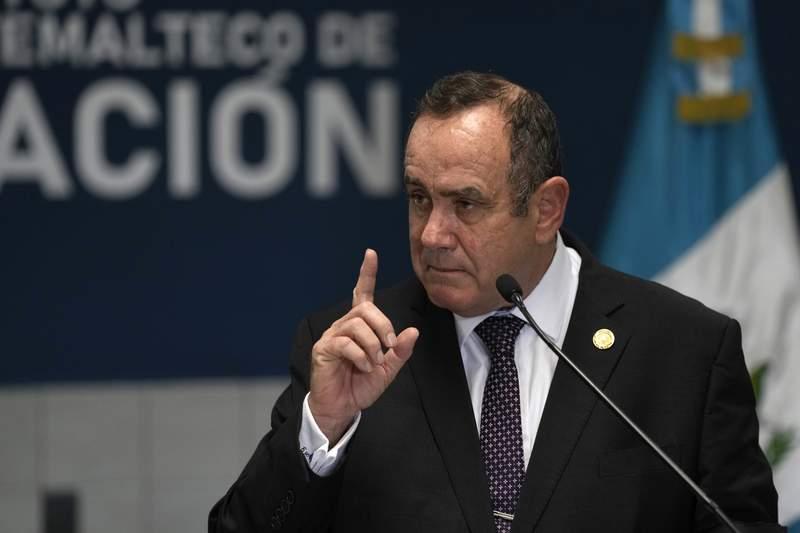 El presidente guatemalteco Alejandro Giammattei habla en una nueva instalacin para recibir guatemaltecos deportados en la base de la Fuerza Area La Aurora durante su ceremonia de inauguracin a la que tambin asisti el secretario de Seguridad Nacional de los Estados Unidos, Alejandro Mayorkas, en la Ciudad de Guatemala, el mircoles 7 de julio de 2021. (AP otFo/Moises Castillo)