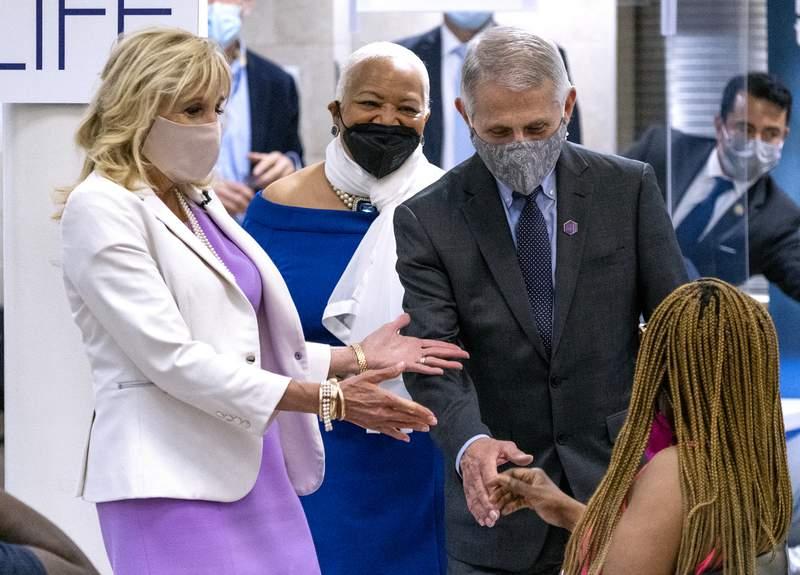 La primera dama Jill Biden, izquierda, y el doctor Anthony Fauci, director del Instituto Nacional de Alergias y Enfermedades Infecciosas, visitan una clnica de vacunacin contra el COVID-19 el domingo 6 de junio de 2021 en la iglesia bautista Abyssinian del barrio de Harlem, en la ciudad de Nueva York. (AP Foto/Craig Ruttle)