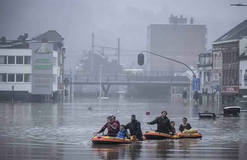 Residentes usan balsas inflables para navegar la crecida luego que el ro Meuse se desbord debido a fuertes aguaceros en Lieja, Blgica, el 15 de julio del 2021.  (AP Foto/Valentin Bianchi)