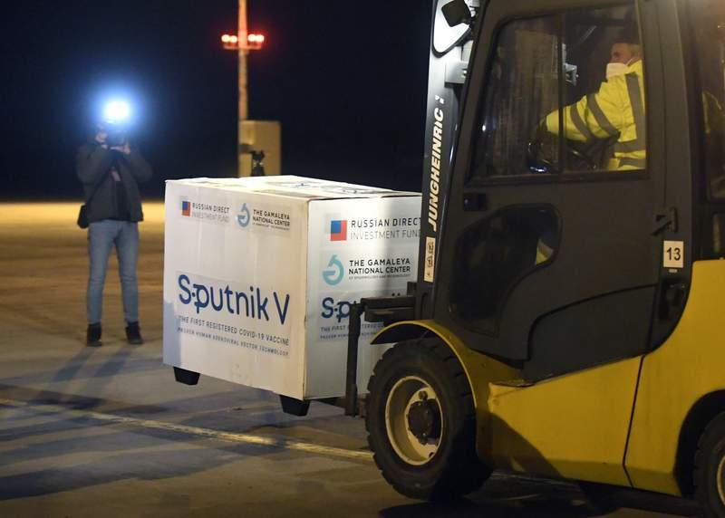 Un envo de vacunas contra el coronavirus llega el 1 de marzo del 2021 al aeropuerto Kosice de Eslovaquia. (Frantisek Ivan/TASR va AP, archivo).