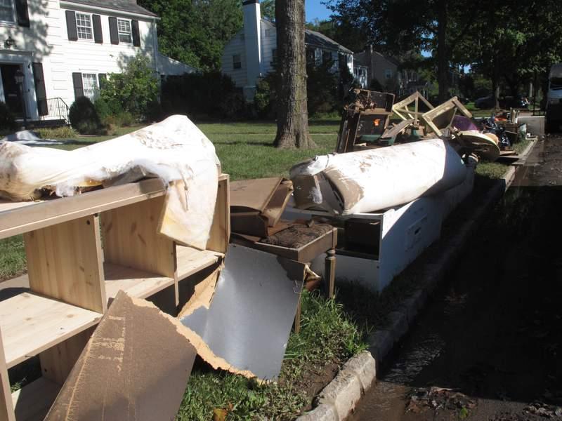 Muebles deteriorados o destruidos son desechados el sbado 4 de septiembre de 2021 frente a las casas que resultaron inundadas en Cranford, Nueva Jersey, tras los aguaceros causados por los remanentes de la tormenta tropical Ida en el noreste de Estados Unidos. (AP Foto/Wayne Parry)