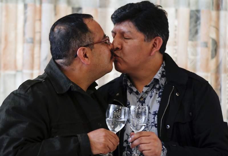 Guido Montao, a la izquierda, y David Aruquipa se besan para una foto durante una conferencia de prensa en La Paz, Bolivia, el viernes 11 de diciembre de 2020. Despus de aos de batallas en los tribunales, la pareja registr legalmente su unin civil, la primera en lograr ese reconocimiento en Bolivia. (AP Foto/Juan Karita)