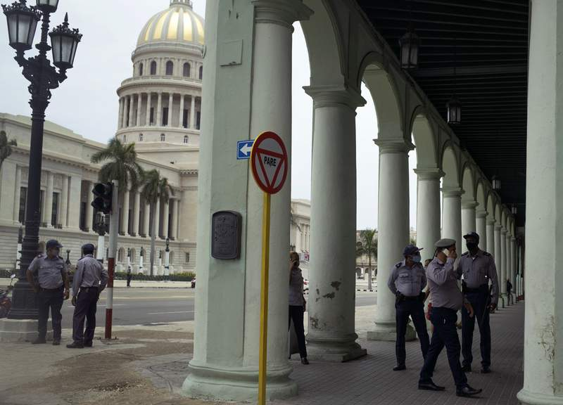 Varios policas vigilan cerca del Capitolio Nacional en La Habana, Cuba, el mircoles 14 de julio de 2021, unos das despus de intensas manifestaciones. (AP Foto/Eliana Aponte)