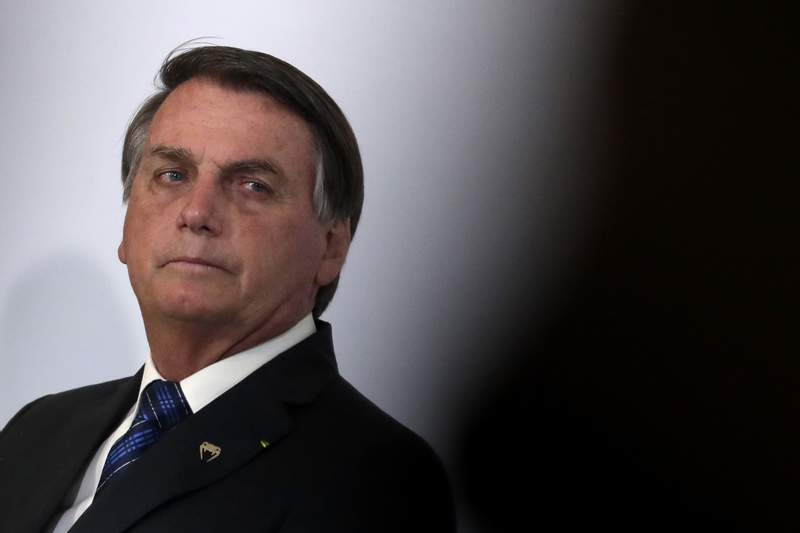 El presidente brasileo Jair Bolsonaro asiste a la ceremonia de lanzamiento del programa genoma en el Palacio Presidencial de Planalto, Brasilia, 14 de octubre de 2020. (AP Photo/Eraldo Peres)