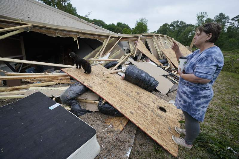 Vickie Savell mira los escombros de su nueva casa-remolque el lunes, 3 de mayo del 21, en el condado Yazoo, en Mississippi. Gran parte del sur de Estados Unidos enfrentaba el martes los embates de tormentas que han matado al menos a tres personas desde el domingo por la noche y causad cuantiosos daos desde Mississippi hasta Virginia Occidental. (AP Foto/Rogelio V. Solis)