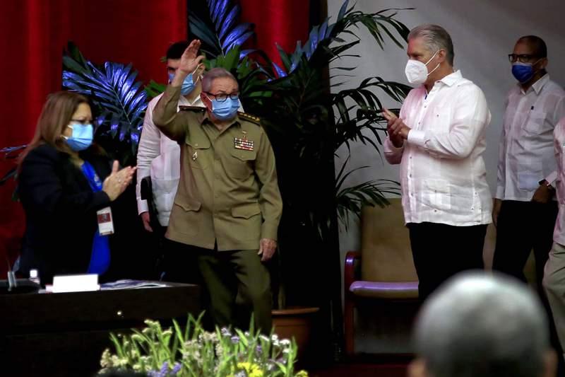 Ral Castro saluda en la sesin inaugural del VIII Congreso del Partido Comunista de Cuba mientras el presidente cubano Miguel Daz-Canel, a la derecha, aplaude en el Palacio de Convenciones en La Habana, el viernes 16 de abril de 2021. Daz-Canel se convierti el lunes 19 de abril de 2021 en primer secretario del Partido Comunista de Cuba. (Ariel Ley Royero/ACN va AP)