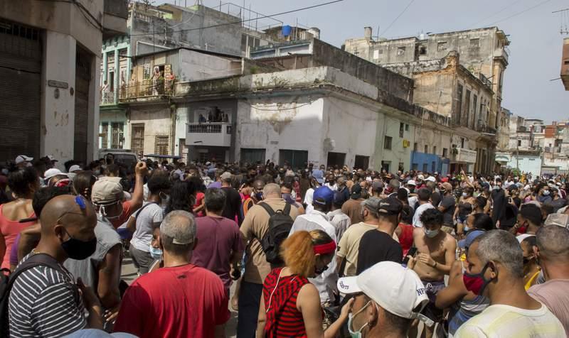 Una marcha de manifestantes contra el gobierno en La Habana, Cuba, el domingo 11 de julio de 2021. Cientos de manifestantes salieron a las calles en varias ciudades de Cuba para protestar contra la escasez y los altos precios de los alimentos. (AP Foto/Ismael Francisco)