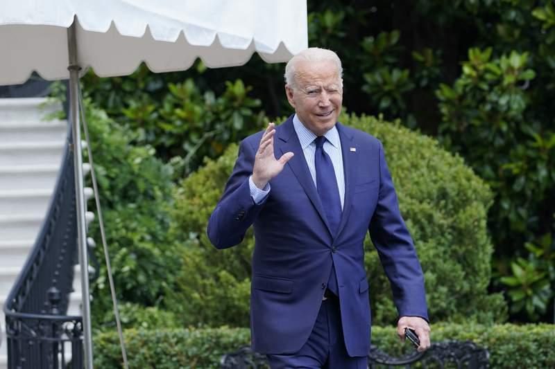 El presidente Joe Biden trata de escuchar preguntas de los reporteros mientras se dirige al helicptero Marine One en los terrenos de la Casa Blanca, en Washington, el viernes 16 de julio de 2021. (AP Foto/Susan Walsh)