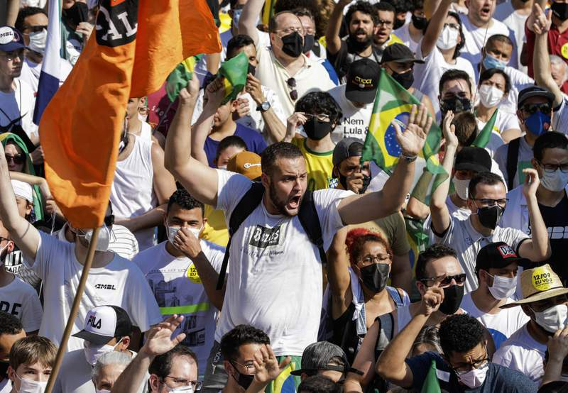 Personas se renen el domingo 12 de septiembre de 2021 en la Avenida Paulista de Sao Paulo, Brasil, durante una protesta contra el presidente Jair Bolsonaro, en la que exigieron su renuncia por el mal manejo de la pandemia, corrupcin en los contratos para vacunas y la mala situacin econmica. (AP Foto/Marcelo Chello)