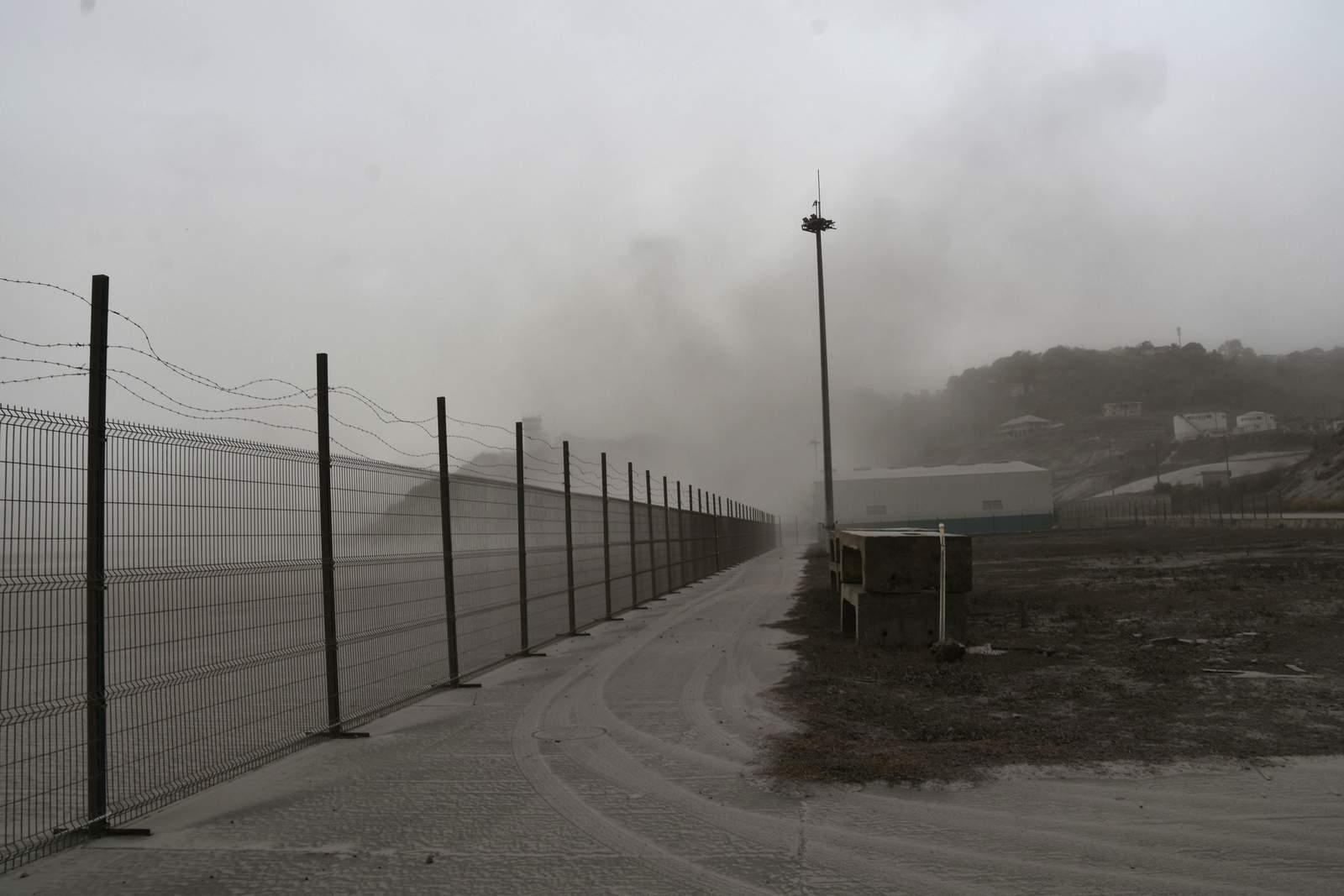 San Vicente cubierto de ceniza se prepara para más erupciones volcánicas
