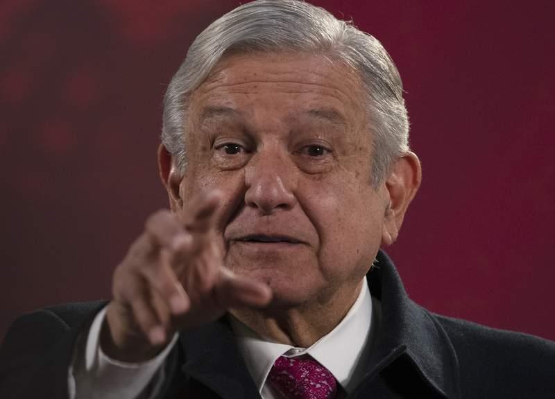 """El presidente de Mxico Andrs Manuel Lpez Obrador da su conferencia de prensa matutina programada regularmente conocida como """"La Maanera"""" en el Palacio Nacional de la Ciudad de Mxico, el viernes 18 de diciembre de 2020. (AP Foto/Marco Ugarte)"""