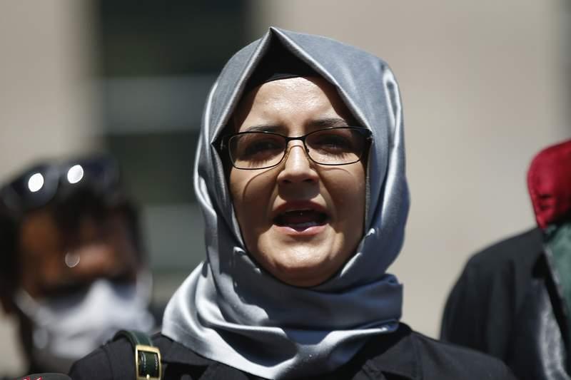 ARCHIVO - En esta fotografa de archivo del 3 de julio de 2020, Hatice Cengiz, la prometida del asesinado periodista saud Jamal Khashoggi, conversa con la prensa en Estambul. Su telfono fue infiltrado con el programa Pegasus de creacin israel das despus del asesinato de Khashoggi, segn un consorcio de medios. (AP Foto/Emrah Gurel, archivo)