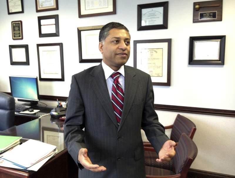 Fotografa de archivo del 10 de febrero de 2015 del doctor Rahul Gupta, secretario de salud del estado de Virginia Occidental, en su oficina en Charleston, Virginia Occidental. (AP Foto/John Raby)
