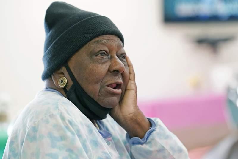 En esta imagen del 7 de abril de 2021, P.M. Browner, de 88 aos, habla sobre la aprensin que sinti al recibir la vacuna contra el COVID-19, en el centro de actividades para ancianos Rev. S.L.A. Jones, en Clarksdale, Mississippi. (AP Foto/Rogelio V. Solis, archivo)