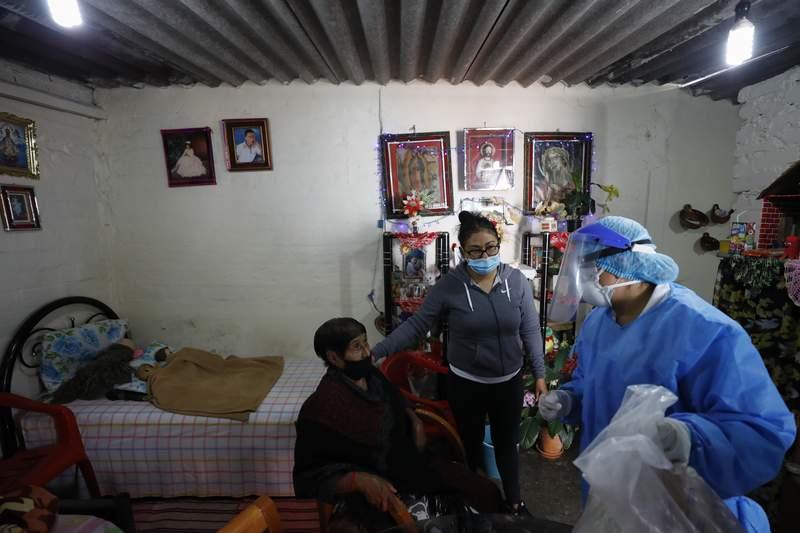 La doctora Delia Caudillo, a la derecha, da recomendaciones mdicas a Modesta Caballero, de 82 aos, y quien fue acompaada de su nieta, despus de que personal mdico le administr a Caballero una prueba de diagnstico a coronavirus en su casa en la demarcacin de Venustiano Carranza, en la Ciudad de Mxico, el jueves 19 de noviembre de 2020. (AP Foto/Rebecca Blackwell)