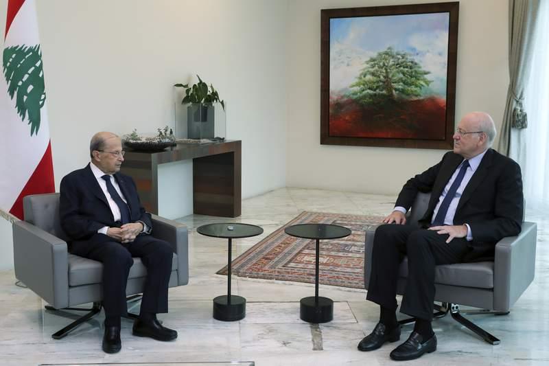 El presidente libans Michel Aoun (i) con el ex primer ministro libans  Najib Mikati en  Baabda al este de Beirut el 26 de julio del 2021 (Dalati Nohra/Gobierno del Lbano, va AP)