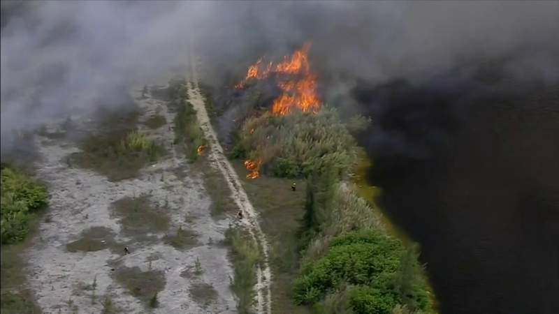 Brush fire continues to burn in west Miami-Dade