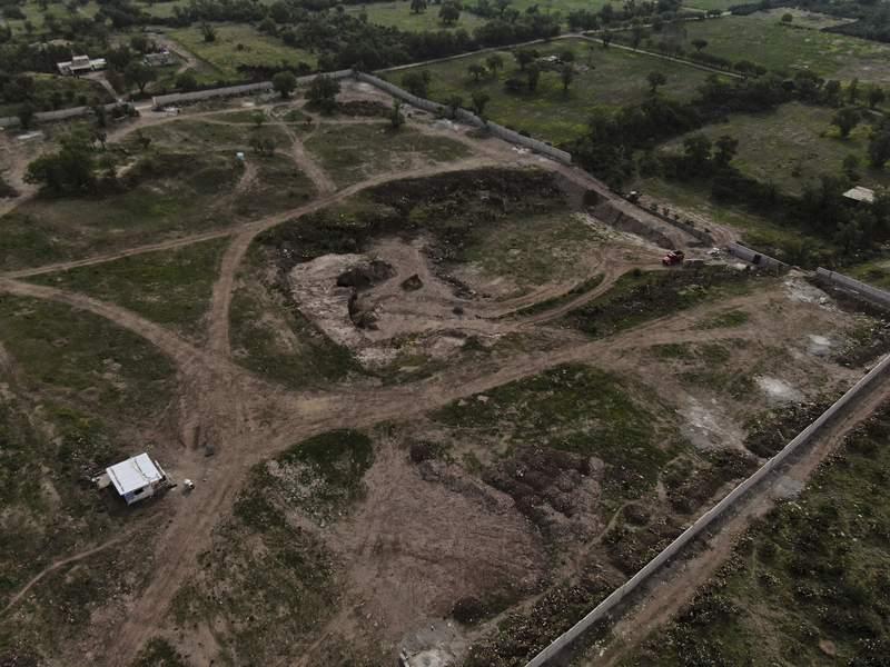 Esta imagen area del mircoles 26 de mayo de 2021 muestra la construccin de un proyecto privado en las afueras de Teotihuacan, al norte de la Ciudad de Mxico. (AP Foto/Fernando Llano)