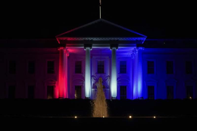 La Casa Blanca se ilumina en rojo, blanco y azul el viernes 23 de julio de 2021 en Washington para los Juegos Olímpicos de Verano de 2020 en Japón. (AP Photo/Andrew Harnik)