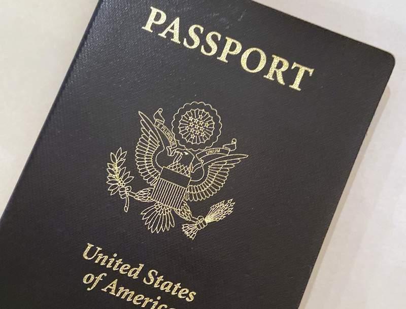 ARCHIVO _ Esta foto del 25 de mayo del 2021 muestra un pasaporte estadounidense en Washington. Los estadounidenses que esperan viajar al exterior este verano pudieran tener que aplazar sus planes si necesitan un nuevo pasaporte o renovar el que tienen. (AP Foto/Eileen Putman)