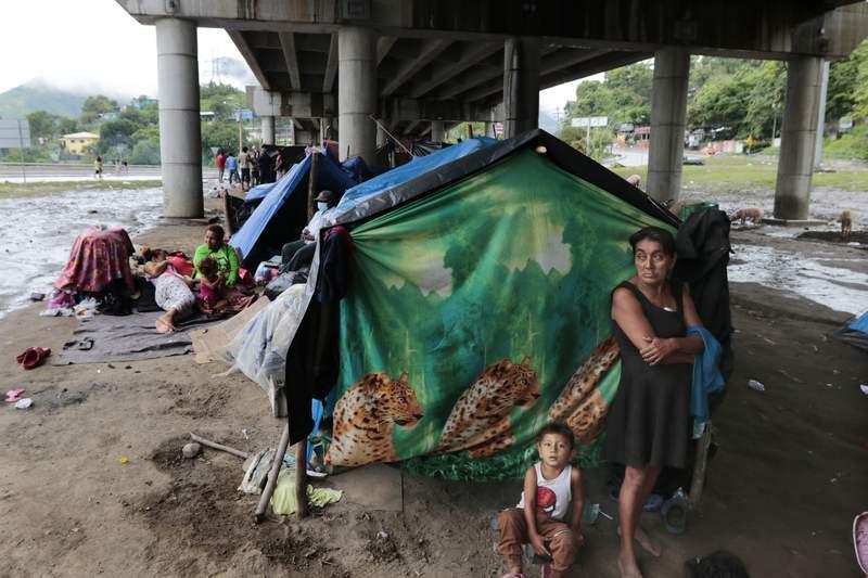 Vctimas de recientes huracanes se refugian abajo de un paso Elevado en San Pedro Sula, Honduras, el sbado 21 denoviembre de 2010. (AP Photo/Delmer Martinez)
