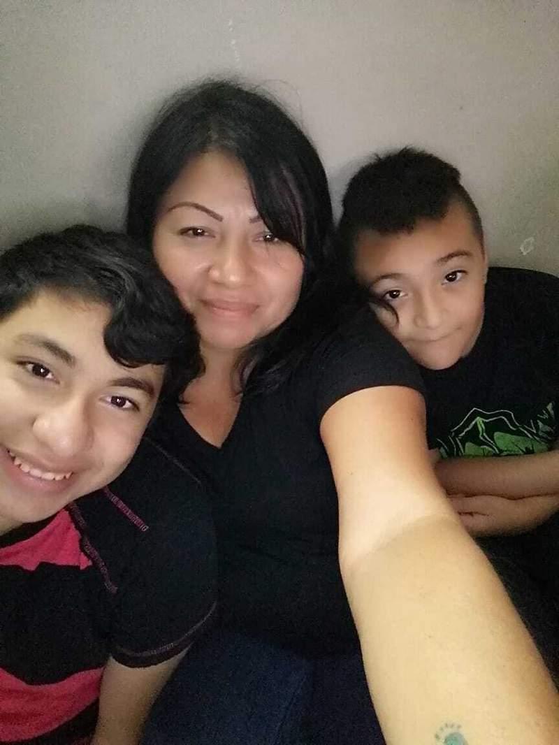 En esta foto cortesa de Sulma, una migrante salvadorea, se toma una selfie con sus hijos, Ezequiel, a la izquierda, y Adonis, un da despus de ser reunidos por el gobierno de Estados Unidos luego de cuatro aos de separacin que comenz cuando cruzaron la frontera entre Mxico y Estados Unidos, en su casa en una ciudad no revelada en Indiana, el lunes 21 de junio de 2021. Sulma no quiso dar su apellido ni la ciudad en la que se encuentra. (Sulma va AP)