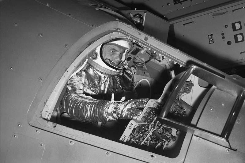 ARCHIVO  - En esta foto de archivo del 11 de enero de 1961, el astronauta John Glenn maneja los controles en una cpsula Mercury para demostrar cmo el 1er astronauta estadounidense recorrer el espacio, en el centro de investigaciones de la NASA en Langley Field, Virginia. (AP Foto/File)
