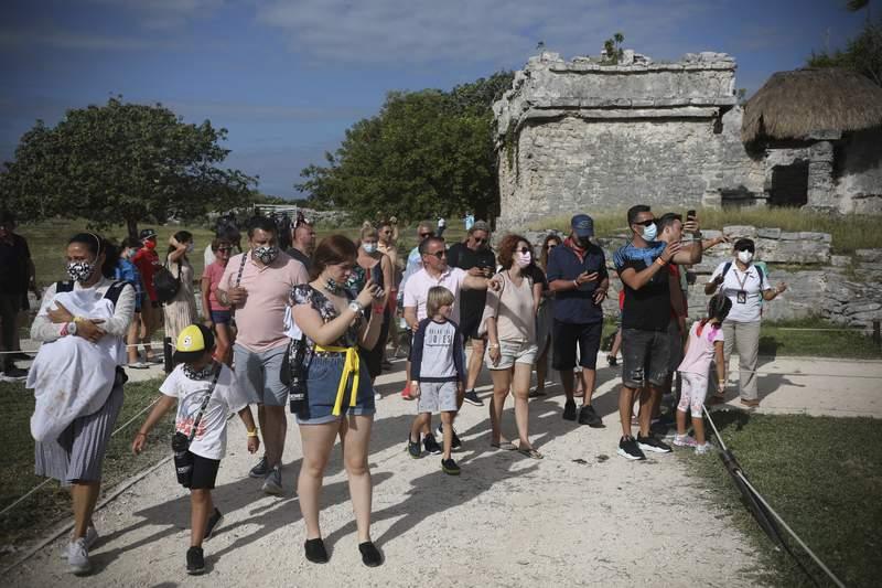 Fotografa de archivo del 5 de enero de 2021 de turistas en las ruinas mayas de Tulum, estado de Quintana Roo, Mxico. (AP Foto/Emilio Espejel, Archivo)