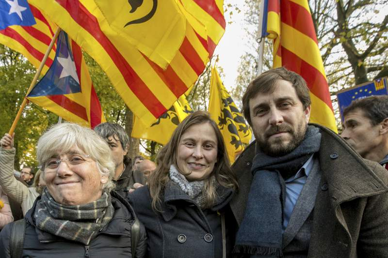 FILE - In this Nov 12, 2017 file photo, former Catalan autonomous government member Meritxell Serret, centre, stands with former Catalan government members Clara Ponsati, left, and Antoni Comin during a Pro-independence for Catalonia demonstration near the EU quarter in Brussels.  Former Catalan government member Meritxell Serret handed herself into Spain's Supreme Court on Thursday March 11, 2021, three years after she fled to Belgium. (AP Photo/Olivier Matthys, File)