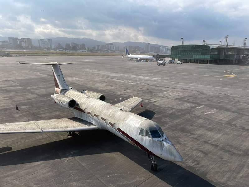 Un avin est cubierto de ceniza volcnica en el aeropuerto internacional La Aurora en la Ciudad de Guatemala, que fue cerrado debido a una erupcin del volcn Pacaya, el martes 23 de marzo de 2021. (AP Foto/Moiss Castillo)